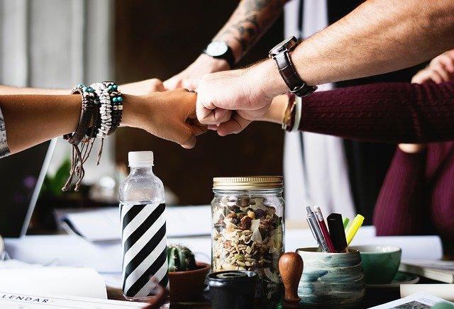 Teamwork-vuisten tegen elkaar